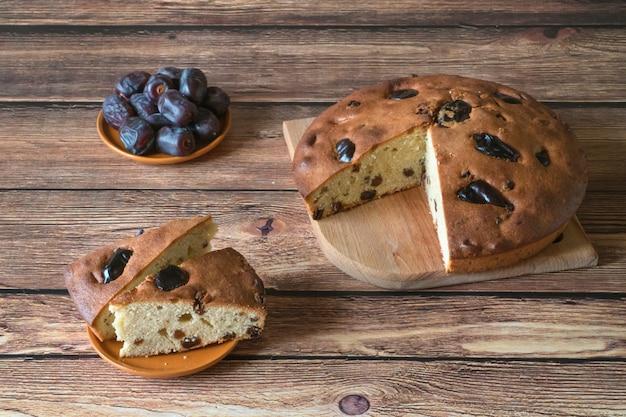 Miód i daktylowy tort na drewnianej powierzchni
