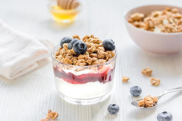 Miód i jagody na białym stole