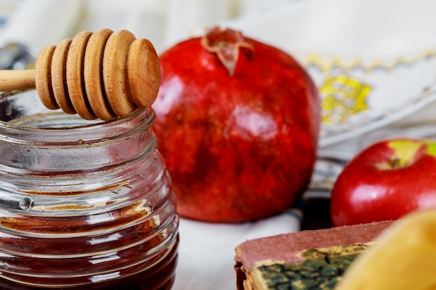 Miód, jabłko i granat na tradycyjne symbole święta rosh hashanah jewesh holiday