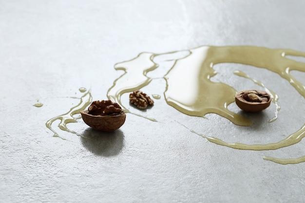 Miód na stole z orzechami