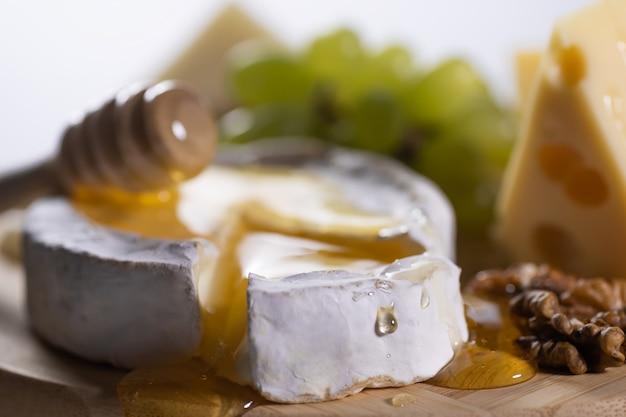 Miód spływa po kawałku sera