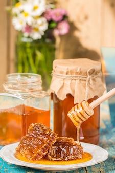 Miód w garnku lub słoiku na kuchennym stole