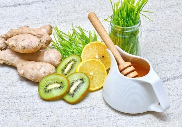 Miód w garnku, zielona pszenica, cytryna i imbir, kiwi na świeży sok lub detox smoothie