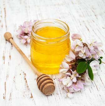 Miód z kwiatami akacji