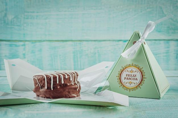 Miodowe ciastko czekoladowe w opakowaniu prezentowym z napisem happy easter - pao de mel