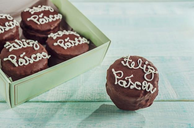 Miodowe ciastko czekoladowe w pudełku z napisem happy easter - pao de mel