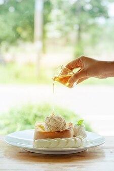 Miodowy tost i lody z pokrojonego banana