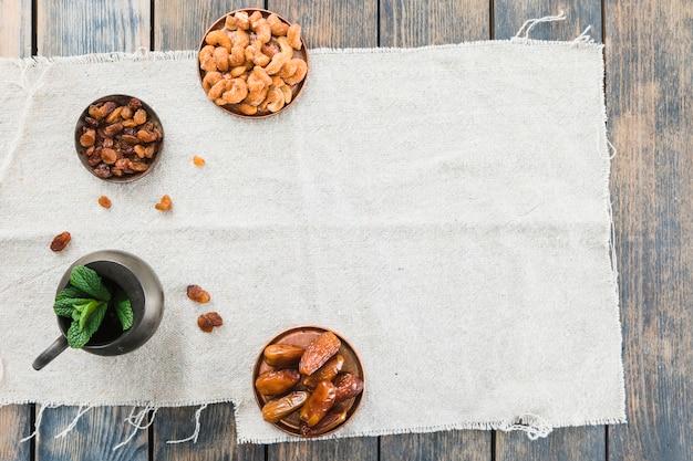 Miotacz blisko suszyć owoc i dokrętki na tkaninie