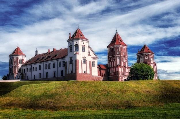 Mir, białoruś. malowniczy widok na kompleks zamkowy w mirze. zespół architektoniczny feudalizmu, starożytny zabytek kultury