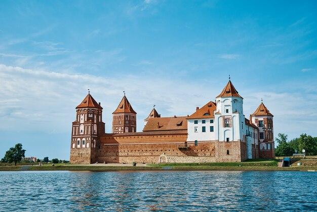 Mirski kompleks zamkowy w letni dzień z błękitnym pochmurnym niebem turystyczny punkt orientacyjny na białorusi zabytek kultury stara twierdza