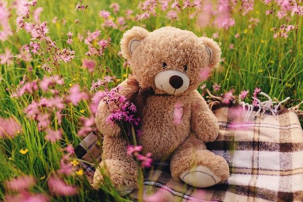 Miś i bukiet kwiatów bzu. torba na zabawki z bukietem kwiatów. wiosenne kwiaty