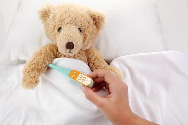 Miś jest chory w łóżku