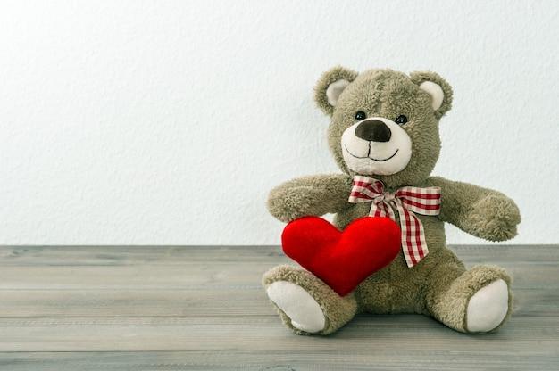 Miś z czerwonym sercem. koncepcja walentynki. stare zabawki
