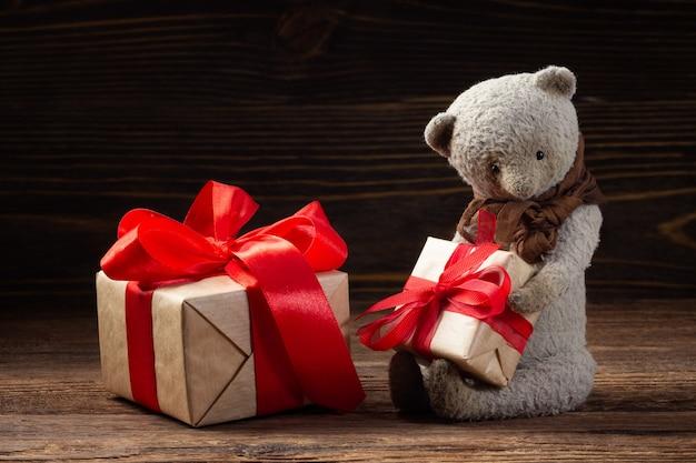 Miś z dwoma pudełkami prezentowymi