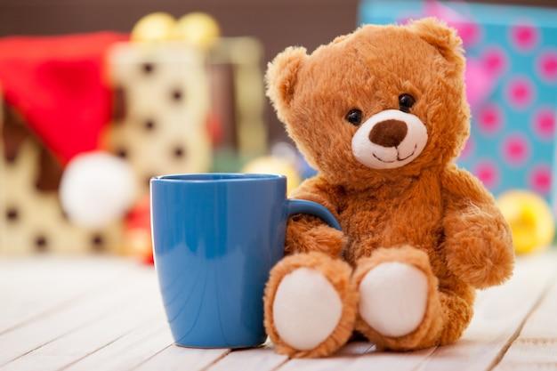 Miś z filiżanką kawy lub herbaty