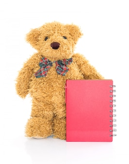 Miś z piórem i pustym czerwonym notatnikiem