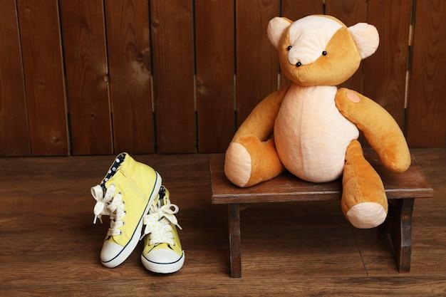 Miś zabawka na ławce na drewnianej powierzchni