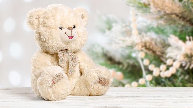 Miś zabawka samotnie na drewnie