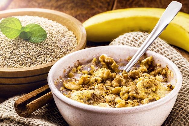 Miseczka owsianki quinoa z bananem, orzechami i cynamonem. wegański deser bez laktozy, słodki bez mleka
