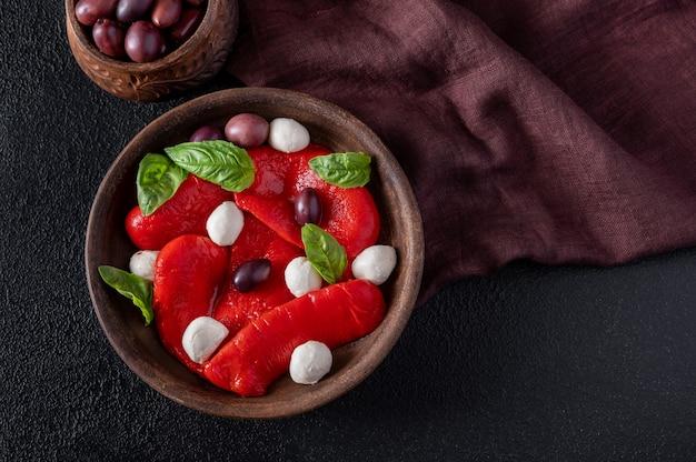 Miseczka pieczonej papryki z mozarellą i oliwkami kalamata