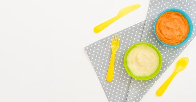 Miseczki z puree z marchwi i jabłka