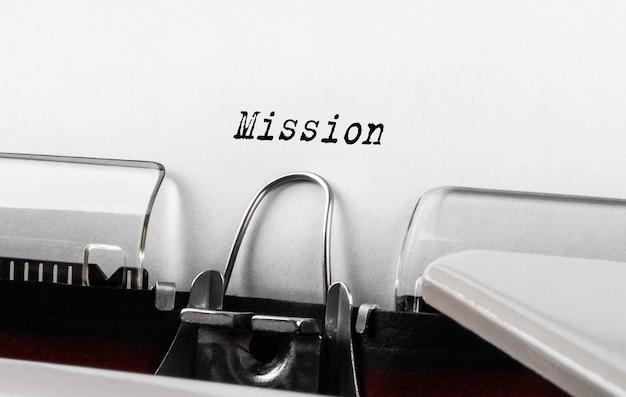 Misja tekstowa napisana na maszynie do pisania w stylu retro