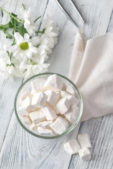 Miska białego cukru w kawałkach
