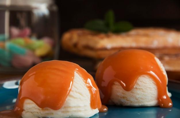 Miska białych lodów waniliowych z sosem karmelowym
