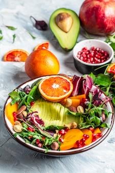 Miska buddy z mieszanki warzyw i owoców. zdrowe, zbilansowane odżywianie. obraz pionowy.