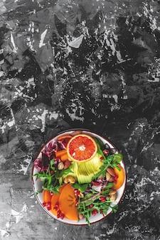 Miska buddy z owocami i warzywami. zdrowe, zbilansowane odżywianie. widok z góry. obraz pionowy.