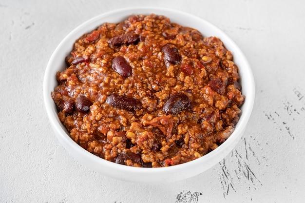 Miska chili con carne na białym stole