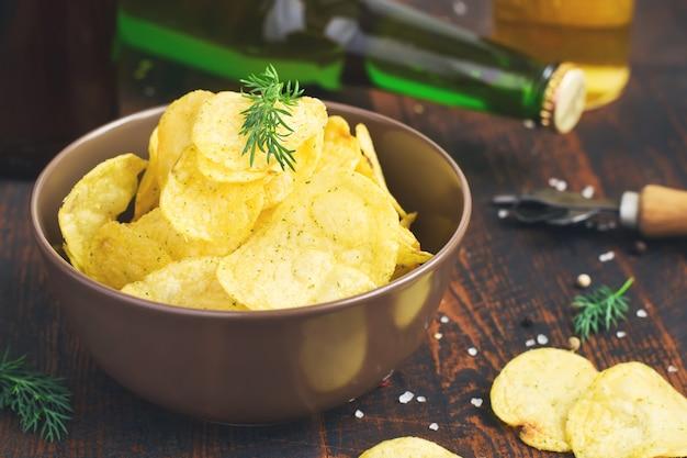 Miska chipsów ziemniaczanych z koperkiem