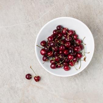 Miska czerwonych wiśni