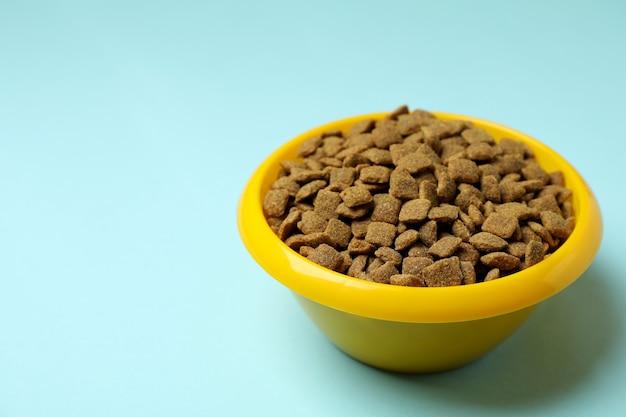 Miska dla zwierząt z karmą na niebiesko