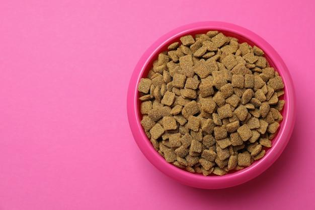 Miska dla zwierząt z karmą na różowo