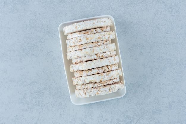 Miska dmuchanych wafli ryżowych na marmurze.