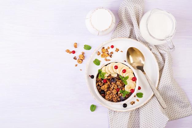 Miska domowej roboty muesli z jogurtem i świeżymi jagodami