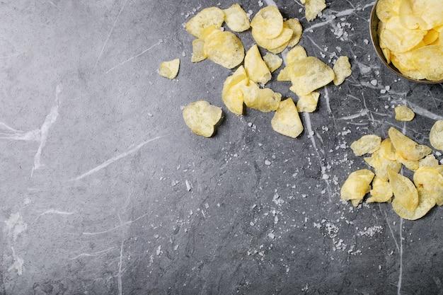 Miska domowych chipsów ziemniaczanych