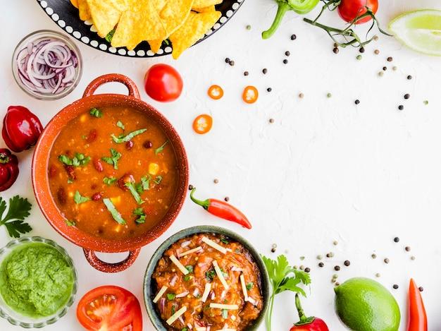 Miska garnirunku umieszczone na stole z warzywami