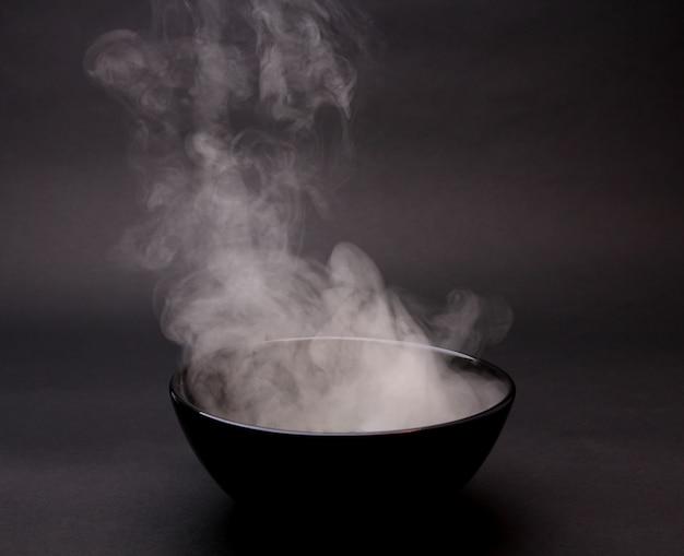 Miska gorącej zupy na czarno