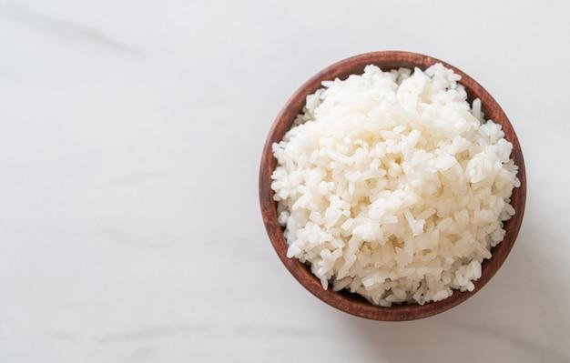 Miska gotowanego tajskiego białego ryżu jaśminowego