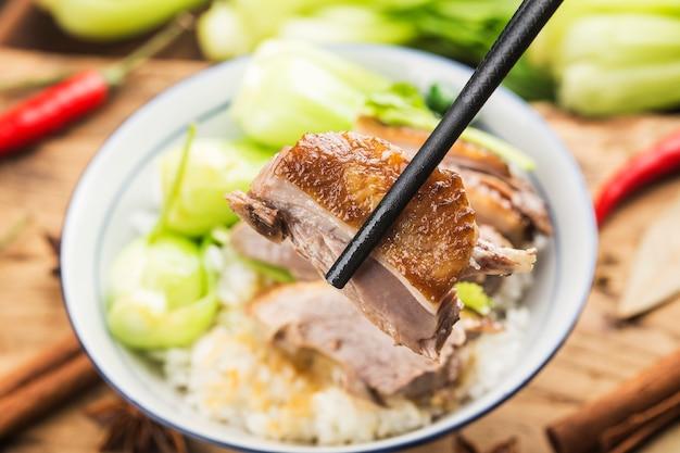 Miska gulaszu z gęsiego ryżu specjalnością prowincji guangdong w chinach