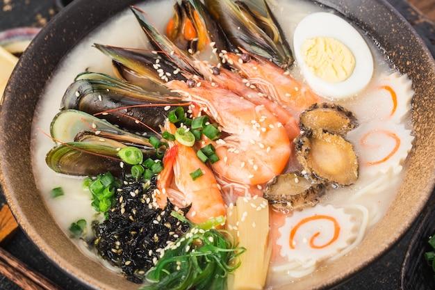 Miska japońskiego ramen z owocami morza