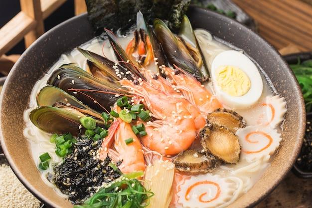 Miska Japońskiego Ramen Z Owocami Morza Premium Zdjęcia