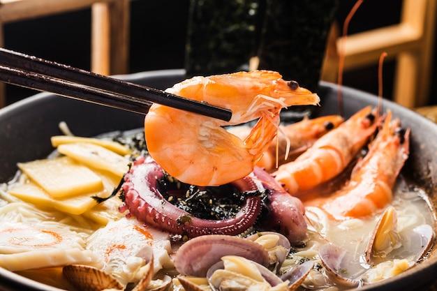 Miska japońskiego ramenu z owocami morza