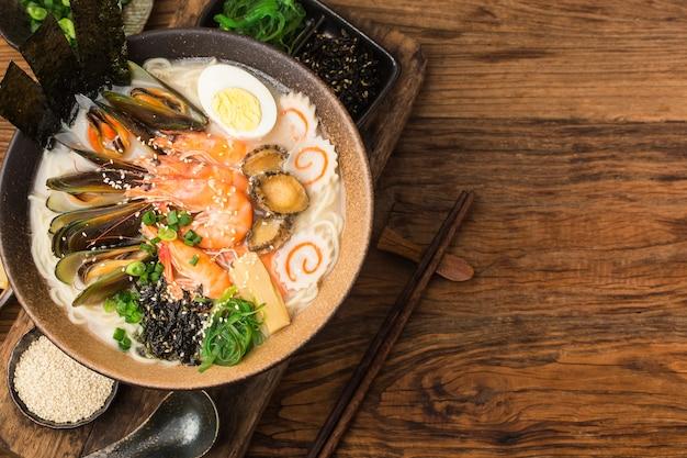 Miska Japońskiego Ramenu Z Owocami Morza Premium Zdjęcia