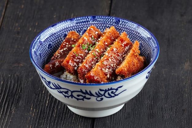 Miska japońskiego smażonego kurczaka katsudon z ryżem