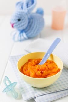 Miska kątowa z jedzeniem dla niemowląt i łyżką
