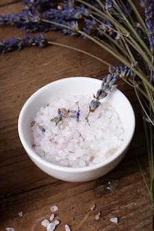 Miska kątowa z solą mineralną i lawendą
