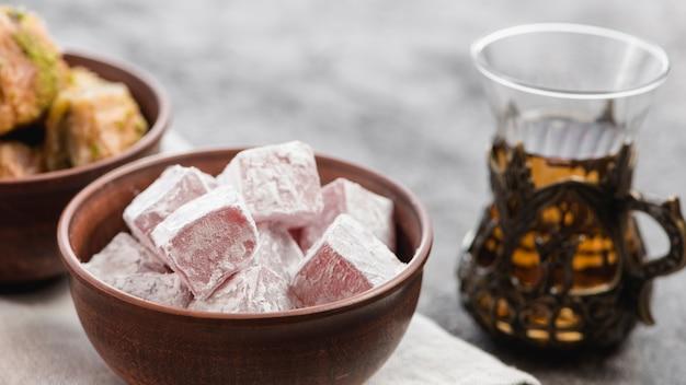 Miska lukum słodyczy i herbaty ziołowej na ramadan
